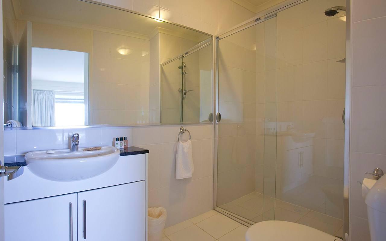 Horizon Holiday Apartments 1 Bedroom Ocean View Top Level Apartment Bathroom